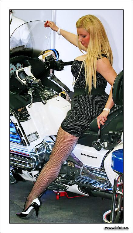Девушка на мотоцикле фото высокого качества: http://bfoto.ru/bfoto_ru_799.php